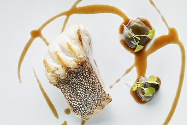 3 Mero brasa y raviolis de calamar en su tinta y jugo